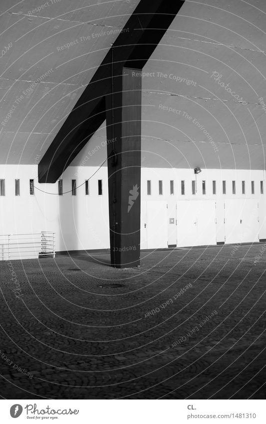 stütze Platz Bauwerk Gebäude Architektur Mauer Wand Tür Säule Tor eckig groß Sicherheit Stabilität Strebe Konstruktion Schwarzweißfoto Außenaufnahme