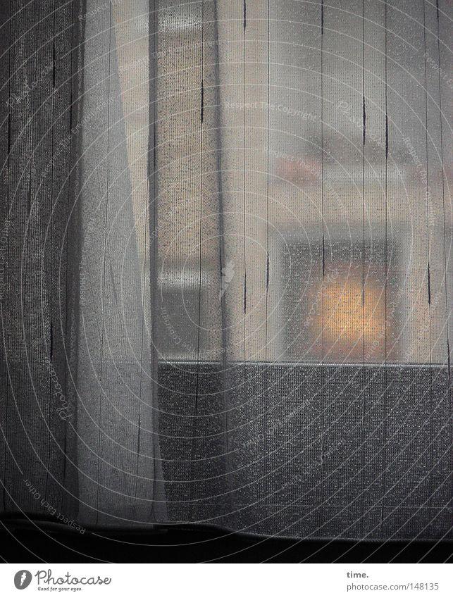 besser nochmal umdrehen Lampe Wand grau Raum Hotel Stoff Falte Vorhang Gardine Textilien Schlafzimmer Textfreiraum Faltenwurf Hotelzimmer Fensterblick