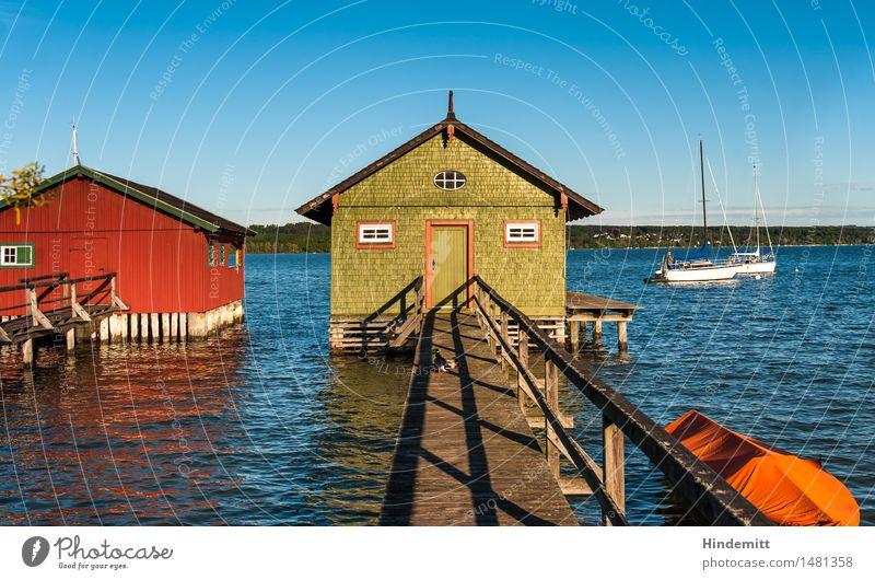 Am Ammersee Wald Hügel Wellen Seeufer Hütte Bootshaus Steg Bootsfahrt Segelboot Ruderboot Hafen Schwimmen & Baden stehen authentisch Wärme blau grün orange rot
