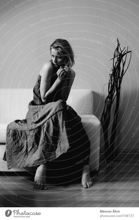 Hold me. festhalten Schutz zerbrechlich Vase Kleid Sofa Ecke Sträucher Pflanze Holz Bodenbelag Parkett Laminat Bekleidung Frau Hand Einsamkeit Sehnsucht warten