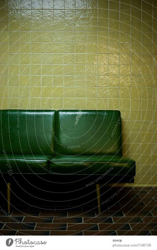 grüne Felder - Sitze, Kacheln, Boden, Fliesen Möbel Bad Mauer Wand Kunststoff sitzen warten gruselig kalt gelb Einsamkeit Farbe Langeweile Liege Kanapee leer