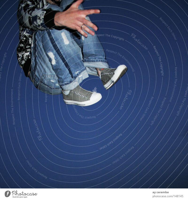 true blue Jugendliche blau Freude springen fliegen Schönes Wetter Jeanshose Alkoholisiert Blauer Himmel sprunghaft Sprungbein