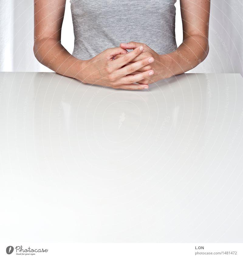 ichweißnicht Gesundheit Meditation Tisch Arbeitsplatz Büro Mensch feminin Junge Frau Jugendliche Erwachsene Hand 1 T-Shirt Denken sitzen warten natürlich