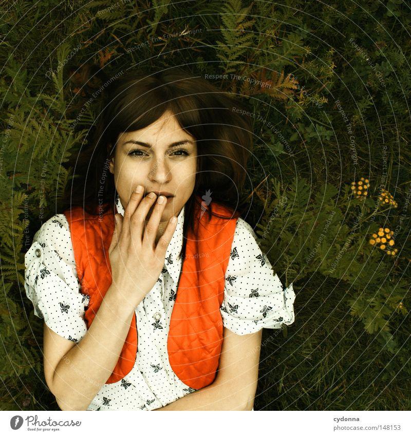 Träumen I Frau Mensch schön Pflanze Einsamkeit Ferne Wiese Leben Gefühle Gras Stil träumen Stimmung Mode Zeit liegen