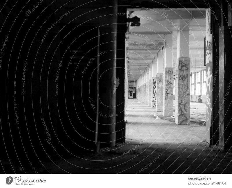 [H 08.2] tor zur graffitiwelt. alt Einsamkeit Ferne dunkel Wand Graffiti grau Wege & Pfade Mauer hell Linie Kunst Arbeit & Erwerbstätigkeit Tür Raum