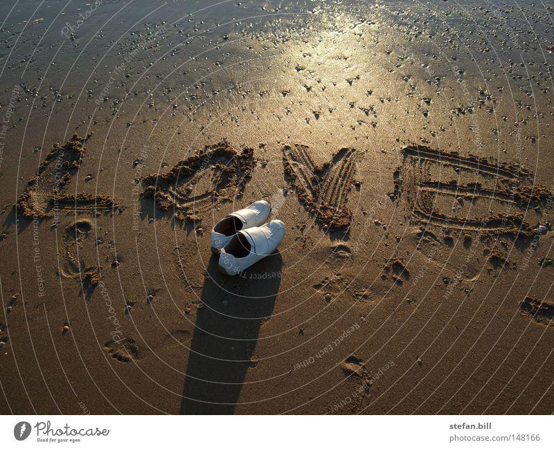Warten auf die Liebe Strand Ferien & Urlaub & Reisen Einsamkeit Sand Schuhe Sonnenuntergang Sorge
