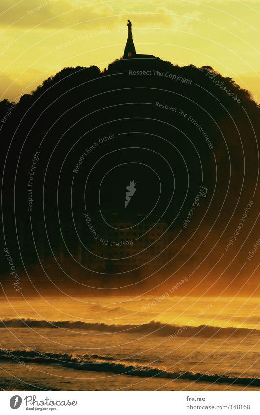 San Sebastian Kontrast Strand Schatten Wellen Sommer Sonne Spanien Baskenland frei Küste Berge u. Gebirge