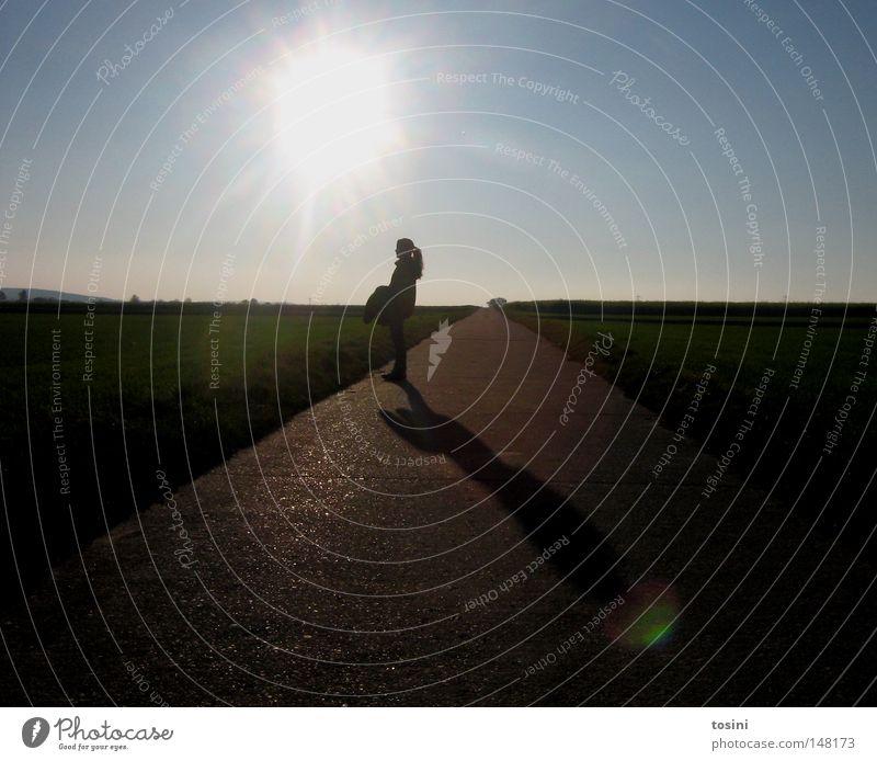 kind der sonne Frau Mensch Natur Mädchen Himmel Sonne grün blau Ferne Wiese Wege & Pfade hell Beleuchtung Feld Horizont Jacke