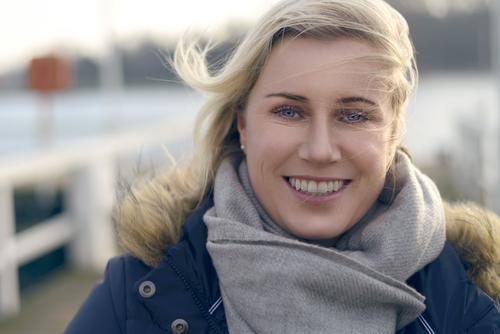 Mensch Frau blau Winter Gesicht Erwachsene Herbst natürlich Glück Behaarung Textfreiraum blond Wind Lächeln Freundlichkeit Hafen