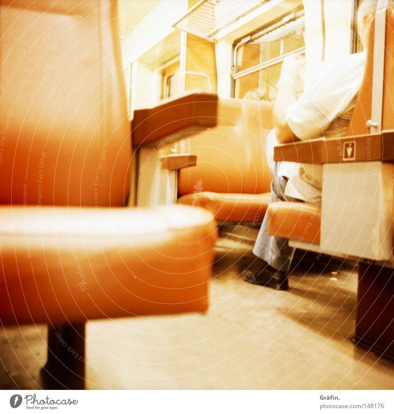 Rheinlandbahn Passagier Verkehrsverbund Öffentlicher Personennahverkehr Schienenverkehr Nacht Rückfahrt schlafen schäbig Flur Fenster S-Bahn Bahnfahren
