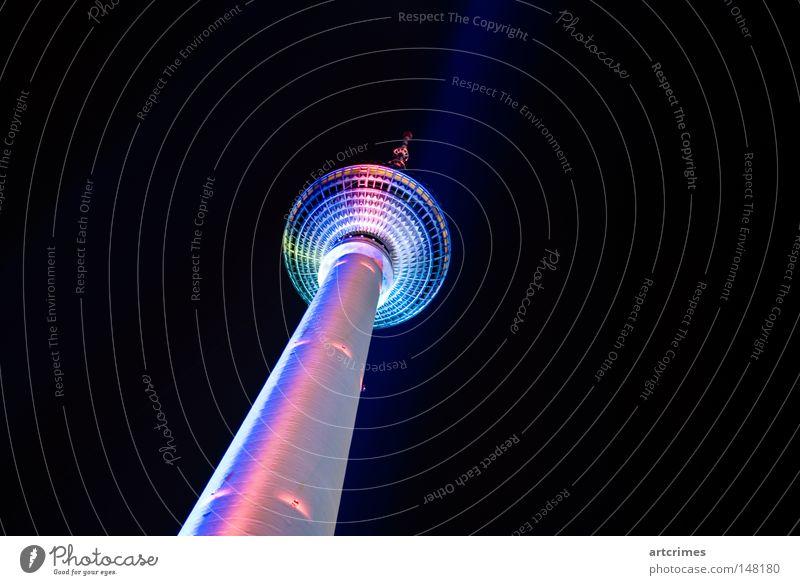 Abendgarderobe Berlin schwarz Metall Linie rosa verrückt Turm Fernsehen Scheinwerfer Berliner Fernsehturm zyan UFO Lightshow hell-blau Nachtaufnahme