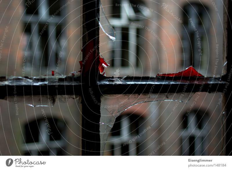 [H08.2] Continentaler Fenstersturz rot Fenster dreckig kaputt trist verfallen gebrochen Ruine Blut Fensterscheibe eckig Kriminalität Scherbe Tatort zerborsten Industrieruine