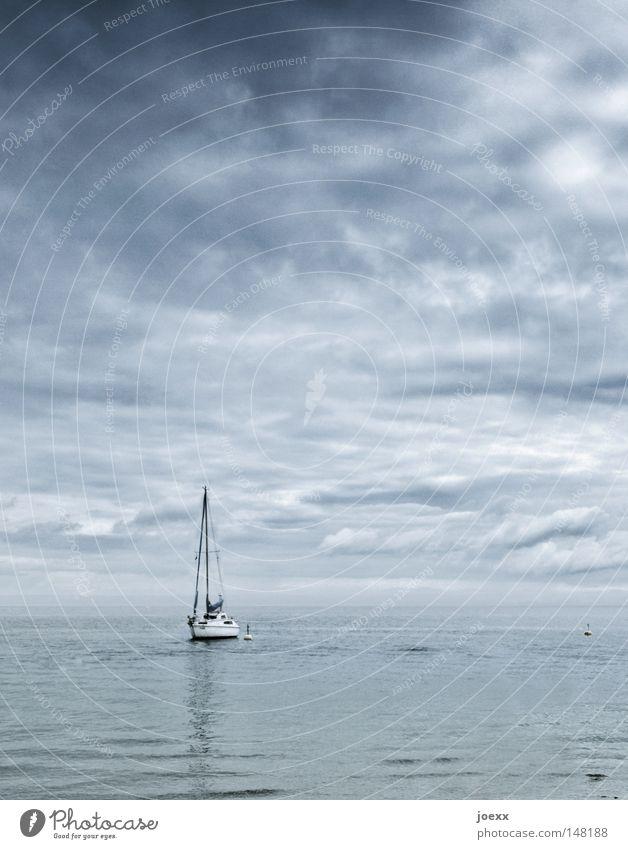 Angekommen angekettet schlechtes Wetter Wasserfahrzeug Einsamkeit Erholung Himmel Horizont Mast Meer ruhig See Segelboot Segelschiff Segeltörn Segeljacht Wolken
