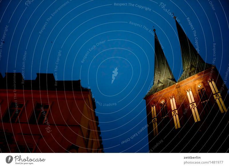 Nikolaikirche Religion & Glaube Kirche Berlin nikolaikirche Kirchturm Abend hell Himmel Illumination Licht Nacht Weihnachtsmarkt Textfreiraum Menschenleer