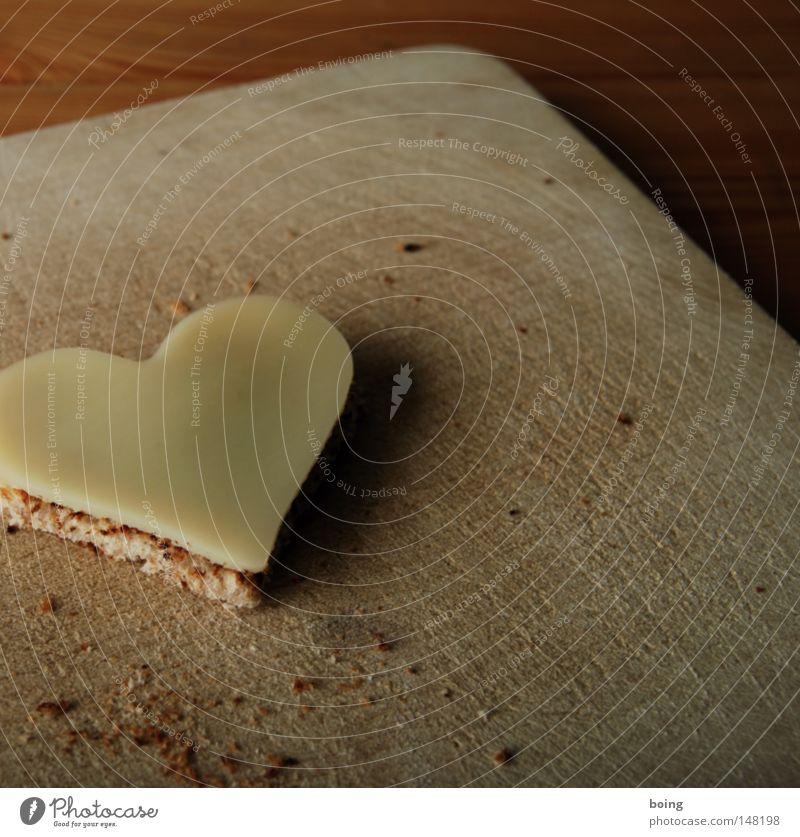 Valentinsstulle Brot Käsebrot Toastbrot Weißbrot Fingerfood Amuse-Gueule Abendessen Snack Kanapee Holzbrett Schneidebrett Krümel Herz Valentinstag Frühstück