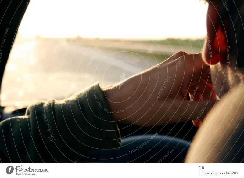 kling klang... KFZ Sonne Hand Arme Pullover Ohr Haare & Frisuren Straße Autobahn Himmel Lenkrad Autofenster hell grün gelb Mann Sitzgelegenheit Finger Daumen