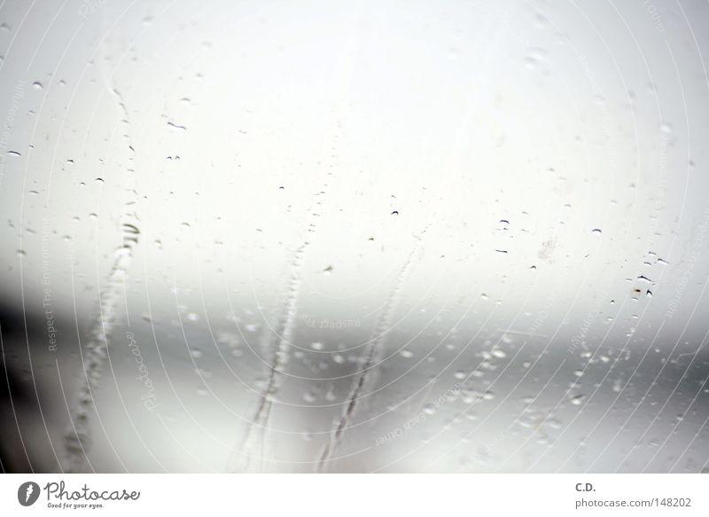 es regnet... Regen Fenster Autofenster Wasser Wassertropfen unklar weiß grau schwarz Rinnsal unterwegs Deutschland