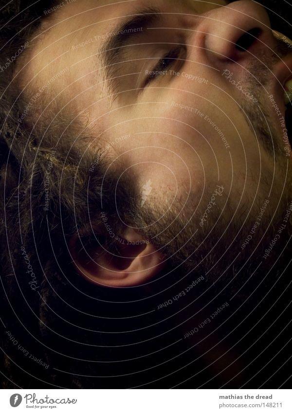 ICH MUSS HIER RAUS Mensch Mann Gesicht schwarz dunkel sprechen Gefühle Haare & Frisuren Kopf Denken Mund hell Kraft lustig Haut