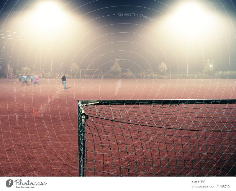Die Gesetze des Hartplatzes gelb Sport Fußball dreckig Ball wild kämpfen verloren Spieler Kerl verlieren Schlamm Fußballer Weltmeisterschaft treten Flutlicht