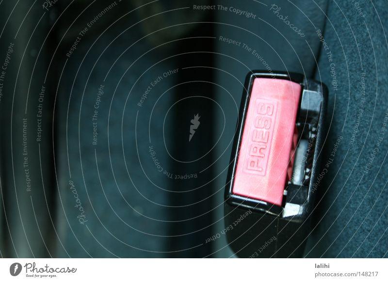 Auto KFZ Sicherheit PKW Anschnallen Sitzgurt Verkehrssicherheit Detailaufnahme Textfreiraum links Gurtschloss