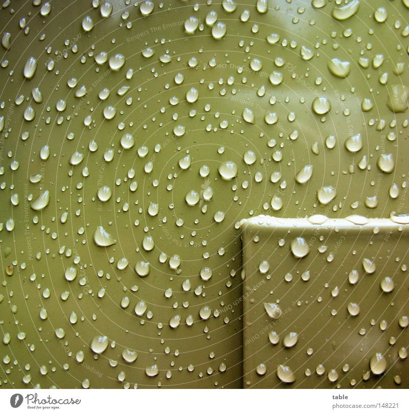 Regenzeit Balkon Lack hydrophob glänzend Wassertropfen Tropfen nass feucht Sauberkeit kalt grün Reflexion & Spiegelung Herbst Quadrat Handwerk Makroaufnahme