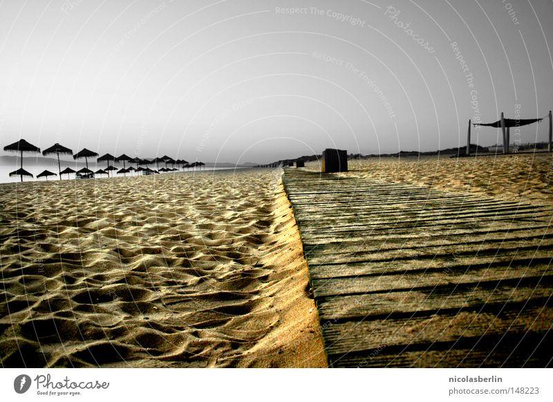 picknick Strand Meer Himmel Holzmehl Steg Horizont trist Einsamkeit Stein schwarz gelb grau Erholung Portugal Alentejo Trauer Verzweiflung Küste Erde Sand