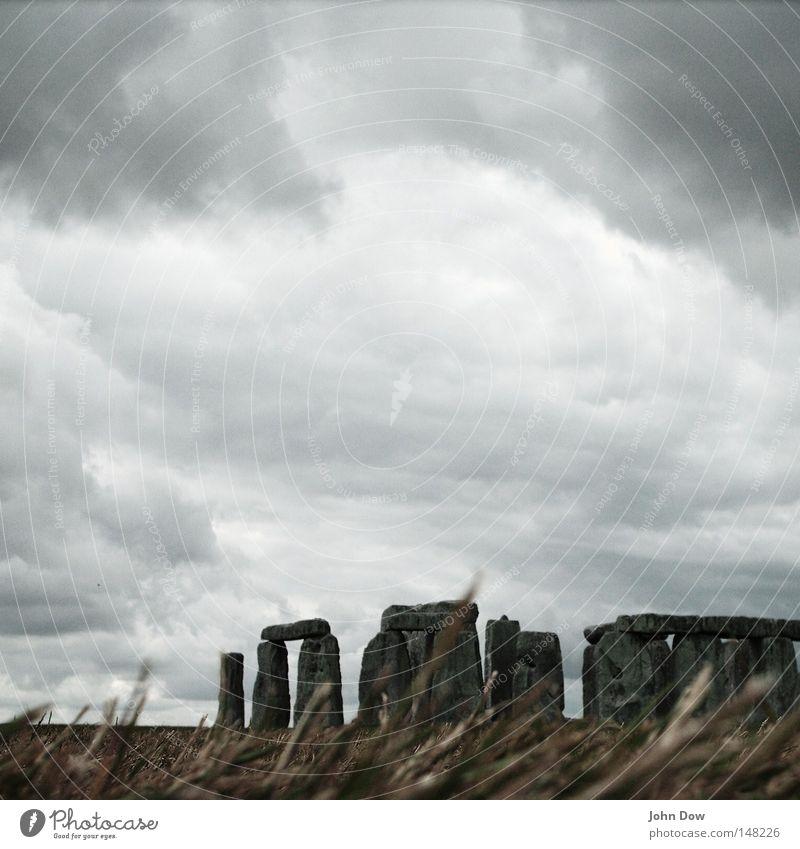 Stonehenge I Natur Himmel Wolken dunkel kalt Gras grau Stein Kunst Wind gefährlich Kultur Sturm Denkmal Gewitter Unwetter