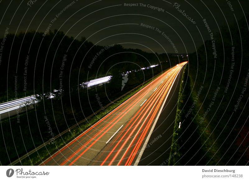 Schnell Heim Autobahn Bundesstraße mehrspurig Regen nass Objektiv rot weiß gelb Richtung Langzeitbelichtung Kurve Wegbiegung Leitplanke Reflexion & Spiegelung
