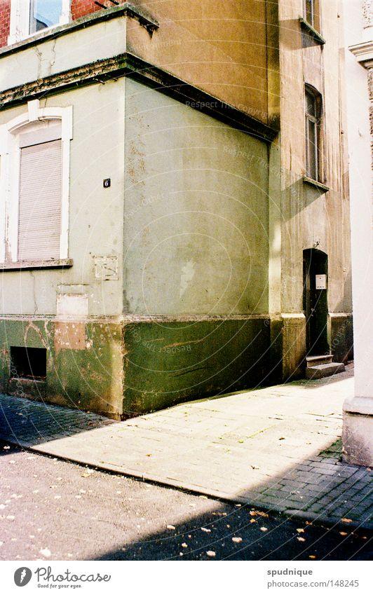 Fulda. schön alt Stadt Haus Einsamkeit Straße Leben Fenster dreckig Tür trist Frieden verfallen Bauernhof Bürgersteig Eingang