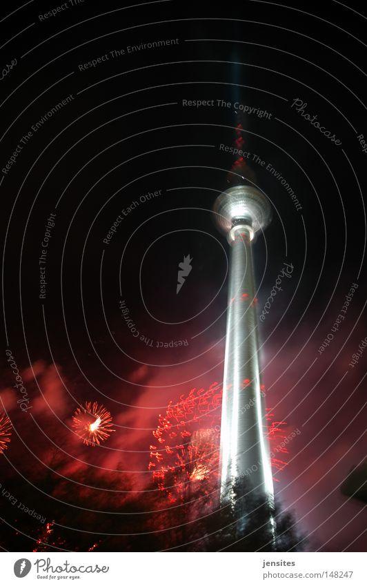 st. walter's night Berlin Nacht Berliner Fernsehturm Fernsehen Alexanderplatz dunkel Dynamik Beleuchtung rot Turm silber Spitze Baum Kugel Kuppeldach Brand