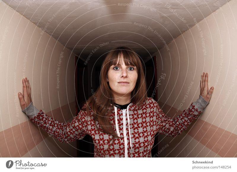 Wegsperre Frau Dame Wand Schatten Streifen Pullover Reißverschluss Hand Tunnel Gang Wasserfahrzeug Decke Dresden Elbe Gesicht Tür schwarz Wege & Pfade gesperrt