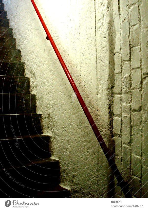 steil Keller Treppe alt oben unten rot Geländer Treppengeländer Treppenhaus aufwärts abwärts Flur Ausweg Kellertreppe Detailaufnahme
