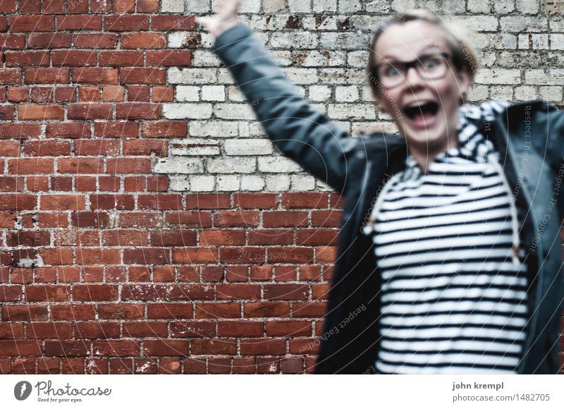 photobombed feminin Junge Frau Jugendliche Freundschaft 1 Mensch 18-30 Jahre Erwachsene Stadt Mauer Wand Feste & Feiern lachen springen frech Glück trendy