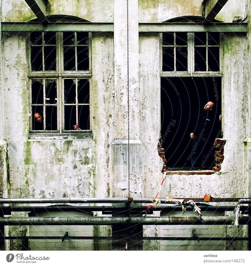[H 08.2] neugierig Ruine krumm verfallen Neugier beobachten Fenster Öffnung Fensterrahmen Wand Mauer eckig Maschinenbau Fabrik Produktion Demontage Zerreißen