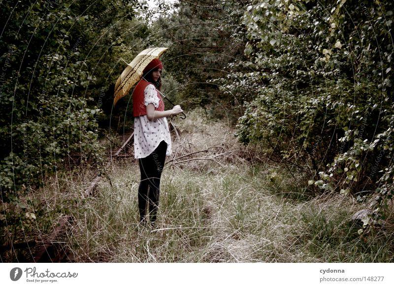 Die Spaziergängerin Frau Mensch Natur grün Baum schön Einsamkeit Ferne Leben Gefühle Stil Stimmung Zeit ästhetisch Hoffnung Bekleidung
