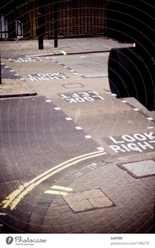 nach rechts und links London Fußgängerübergang gehen Ampel Linksverkehr dunkel Vignettierung Trauer Verkehrswege Straße look right look left rechts links Blick
