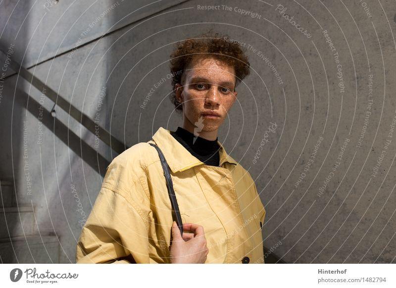 Junge Frau Portrait Mensch Jugendliche Stadt 18-30 Jahre Gesicht Erwachsene gelb Architektur feminin Stil Lifestyle Gebäude außergewöhnlich Haare & Frisuren