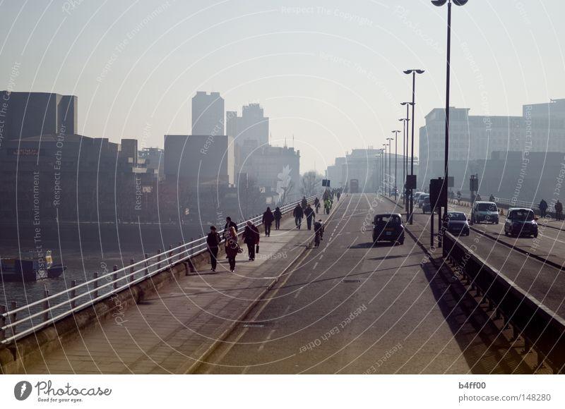 brückenaussicht London Mensch Stadt Themse Brücke leicht nebelig Straße Wege & Pfade