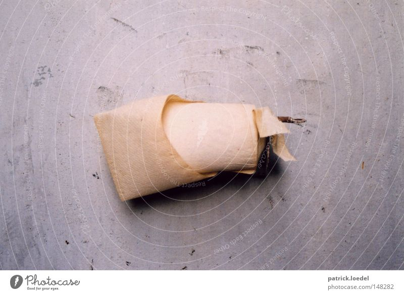 [H08.2] Letzte Rolle alt Wand dreckig Papier Baustelle Reinigen Vergänglichkeit Bad Gesäß Fabrik verfallen Toilette Verfall trashig hängen Ekel