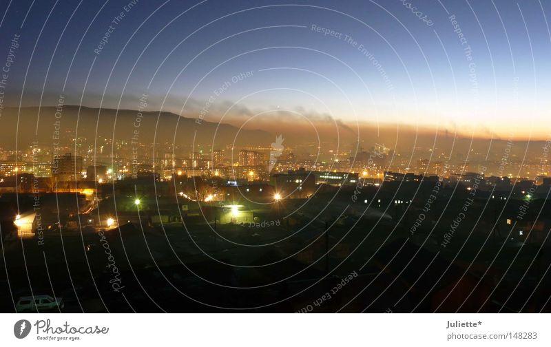 Ulaan Baatar Night schön Himmel Stadt grün blau schwarz Haus Berge u. Gebirge Beleuchtung Verkehr Aussicht Asien Smog Mongolei
