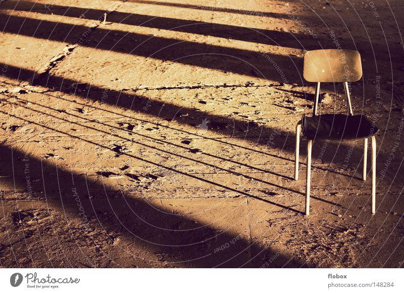 Einfachheit II Sitzgelegenheit retro Licht Sonnenlicht Beleuchtung Abendsonne Physik Sommer Herbst Sonnenuntergang Dämmerung untergehen Fabrik Lagerhalle