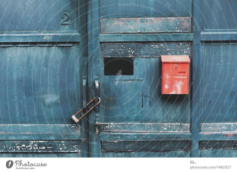 nummer 2 Haus Industrieanlage Fabrik Tür Namensschild Briefkasten Eingang Tor Schloss Ziffern & Zahlen alt dreckig blau rot Sicherheit Schutz Häusliches Leben