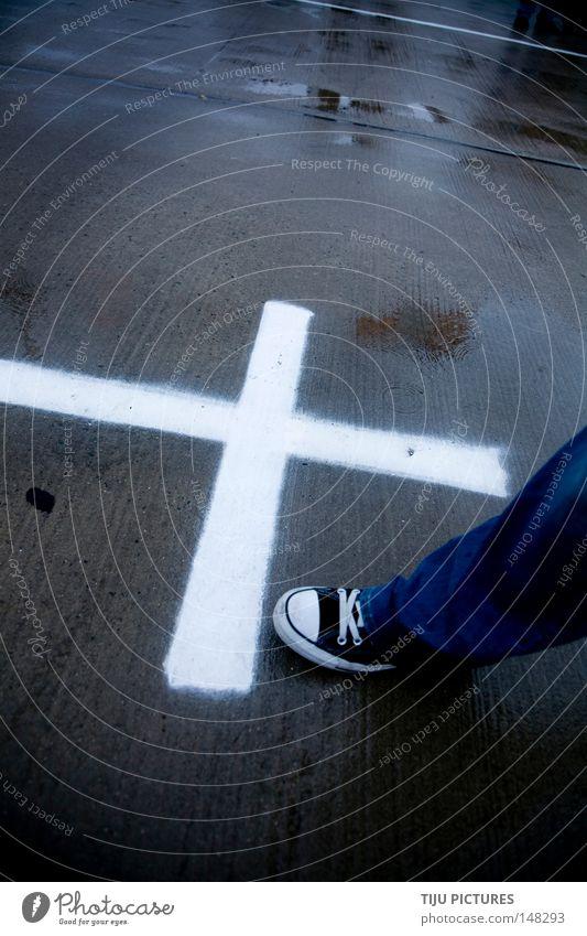 PLUS Plus Kreuz Christliches Kreuz Rücken Straße Schuhe Jeanshose Jeansstoff Hose Chucks Regen nass feucht attackieren Angrenzung verbinden zählen Bildung