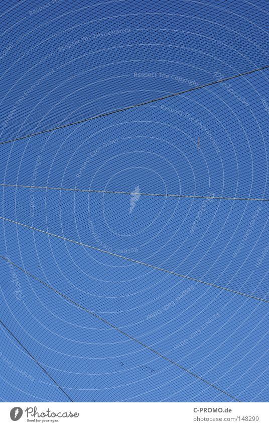 Sicherheitsvorrichtung... Himmel Vogelkäfig Gitter blau Geometrie diagonal Linie Detailaufnahme gefährlich Netz
