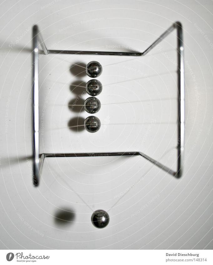 Kettenreaktionssimolator Kugel Metall Nylon Seil Bewegung Dynamik schwingen Pendel pendeln Gestell Draht Schnur Schatten rund 5 Kraft Kollision stoßen