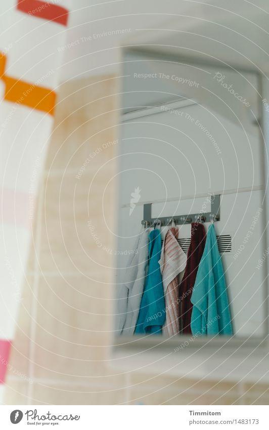 Peeping Timmitom. Spiegelschrank Handtuch Handtuchhaken Duschvorhang Reflexion & Spiegelung Fliesen u. Kacheln Badezimmerspiegel beobachten blau orange türkis