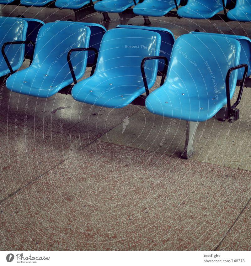 0:30, gleiches Ambiente warten Langeweile Zeit vertreiben Bank Bus Bahnhof unbequem Erholung Pause Bildung