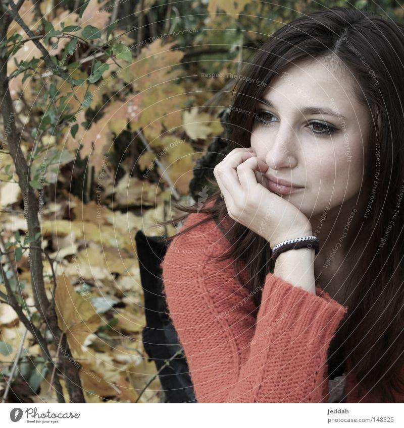 beautiful creation Herbst Natur Blatt Frau Gesicht warten Blick Baumstamm spontan Erwartung Hoffnung Sehnsucht gelb rot braun schön Momentaufnahme