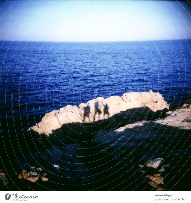 Keulen weg, jetzt wird getanzt! Mensch Himmel Sonne Meer blau Freude Stein Tanzen Küste Felsen Körperhaltung Quadrat Bucht Holga Spanien beige