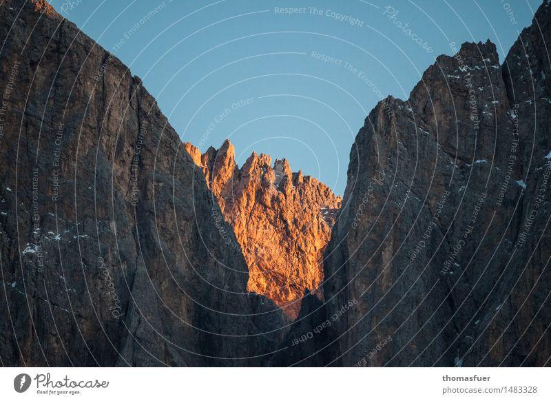 Versteckspiel Ferien & Urlaub & Reisen blau schön Farbe Landschaft ruhig Winter Berge u. Gebirge Schnee Stimmung Horizont orange wandern Ausflug Schönes Wetter